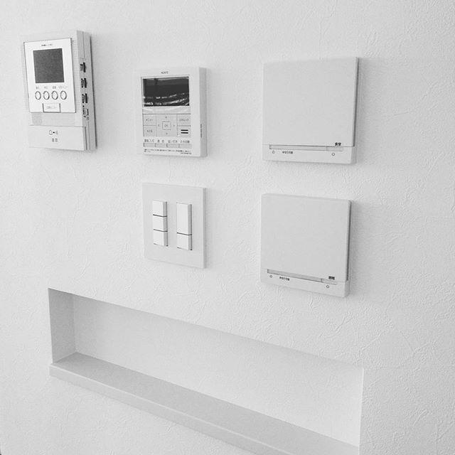 ・・・ キッチン脇の壁のリモコン群とニッチ。 ・ 1番お気に入りは神保電気のスイッチ。 ・ インターホンのとなりの液晶画面があるのは給湯器リモコンで、その隣に縦に2つ並んでるのは床暖房。2系統に分けたので2つです。 ・ この3つはノーリツのリモコンですが、どれもスッキリしていて好きです。 ・ 横長ニッチは少しのスペースだけど、キッチンから常に見えるので、自分の好きなものをちょっとだけ飾れたら。と思ってます。 ・・・ ・・ ・