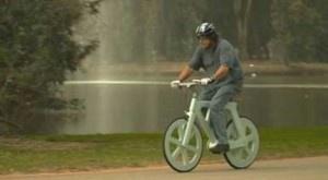 La bicicleta de cartón reciclado, una novedad nacida de la imaginación de un inventor israelí, apunta a convertirse en la nueva estrella del firmamento ecológico, entre otras ventajas gracias a su bajo costo. + info: http://www.ecoapuntes.com.ar/2012/08/bicicleta-de-carton-reciclado-ecologica-y-barata/