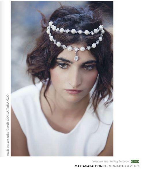 """Tocado para novia con perlas """"Camille"""" by nila taranco en la revista Tendencias de Bodas. Fotografía Marta Gabaldón"""
