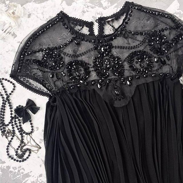 Instagram media by amestudioshop - ✨✨Z👀M DETAILS❗❗✨✨ Vestido Valentina en negro, que tanto me habéis pedido! Quedan poquitas unidades⏳⏳🔜 talla S y M 49,95€🔚 10% DESCUENTO CUPÓN: LOOK10👇👇 www.ame-studio.es . #vestidoseventos #zoom #detalles #vestidoplisado #monadas #Últimasunidades