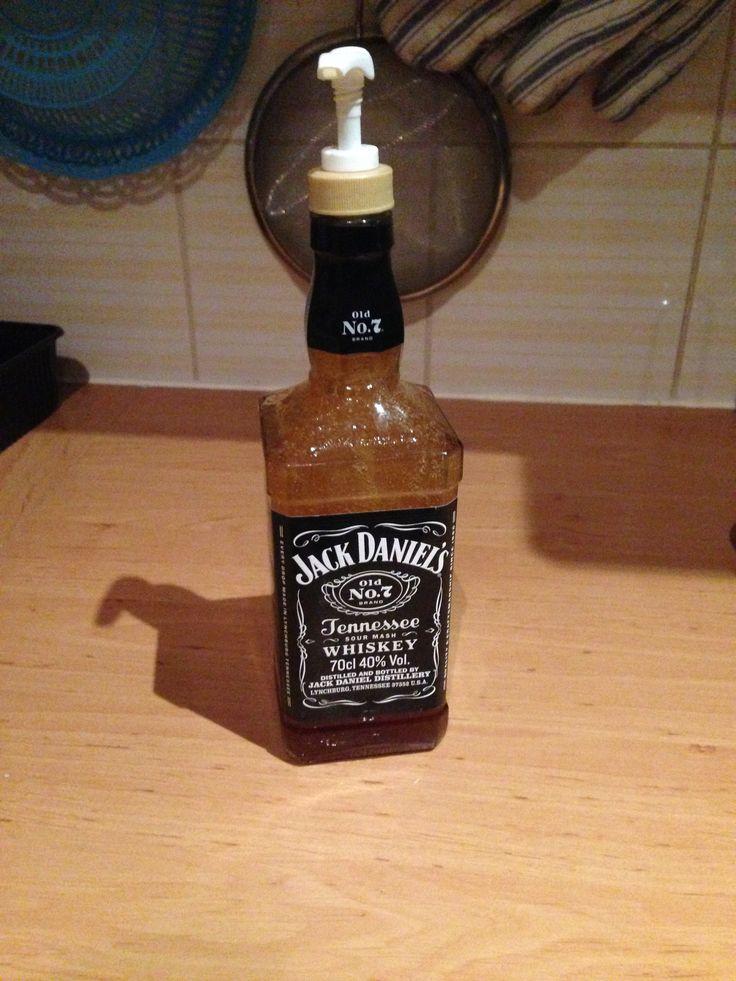 Jack Daniels......soap time!  Fles omgespoeld en gevuld met vloeibare zeep. Zeeppomp opgeschroefd et voila!