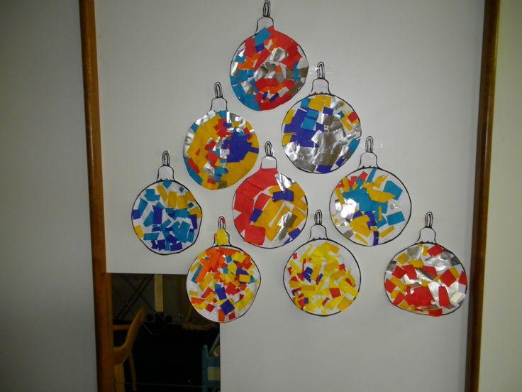Snippers knippen uit gekleurd papier, opkleven om kerstballen te versieren *liestr*
