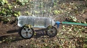 Doe het zelf voorbeeld hoe je van plastic flessen tuinsproeiers kunt maken. Deze sproeier van een petfles staat op wielen van een oude speelgoedauto.