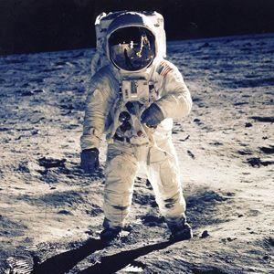 #アポロ11号 ニール・アームストロング船長らによる人類史上初の #月面着陸 から45年 http://japa.la/?p=40741   #Apollo11 #NielArmstrong #Kennedy #1969