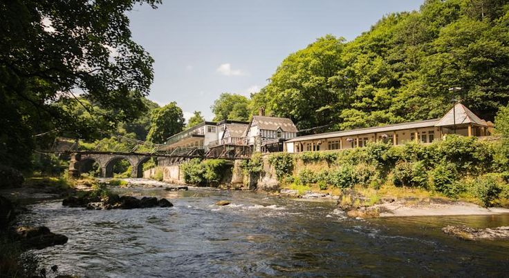Chainbridge Hotel Llangollen The Chainbridge is sited in a unique position between the spectacular River Dee, with it's racing white water and leaping salmon, and the Llangollen canal that begins it's life just a short walk away at the Horseshoe Falls.