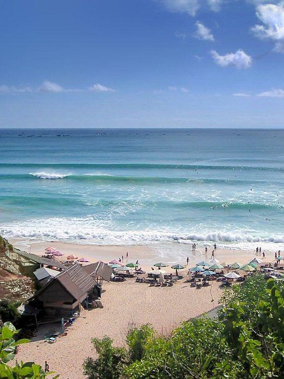 Entre Padang Padang et Impossible, près du petit village d'Ungasan, le spot de surf Dreamland est le seul beach‑break de la péninsule du Bukit. Ses belles vagues déferlent sur un sable blanc et chaud. Sur cette péninsule se cachent une série de petites criques, toutes plus charmantes les unes que les autres. #photographie #voyage #indonesie