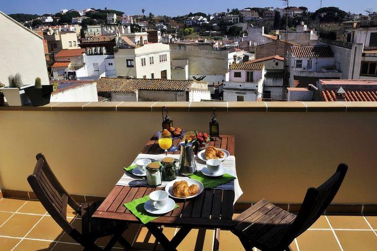 Airbnb'deki bu harika kayda göz atın: Apartment in a modernist village - Canet de Mar şehrinde Kiralık Apartman daireleri