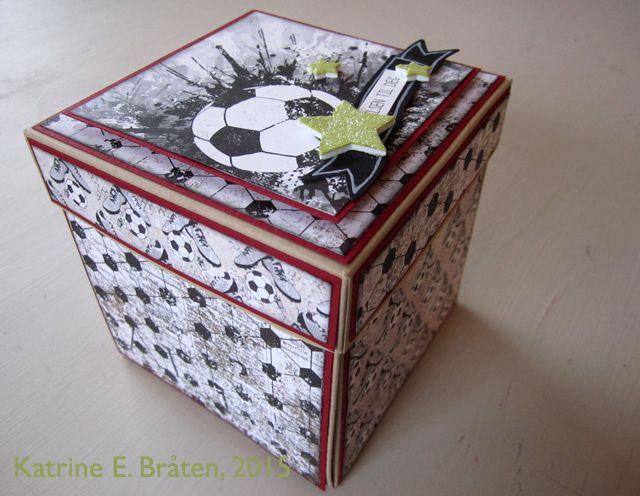 Scrappelyst, Katrine har laget en tøff eksplosjonsboks med fotballark fra Papirdesign.