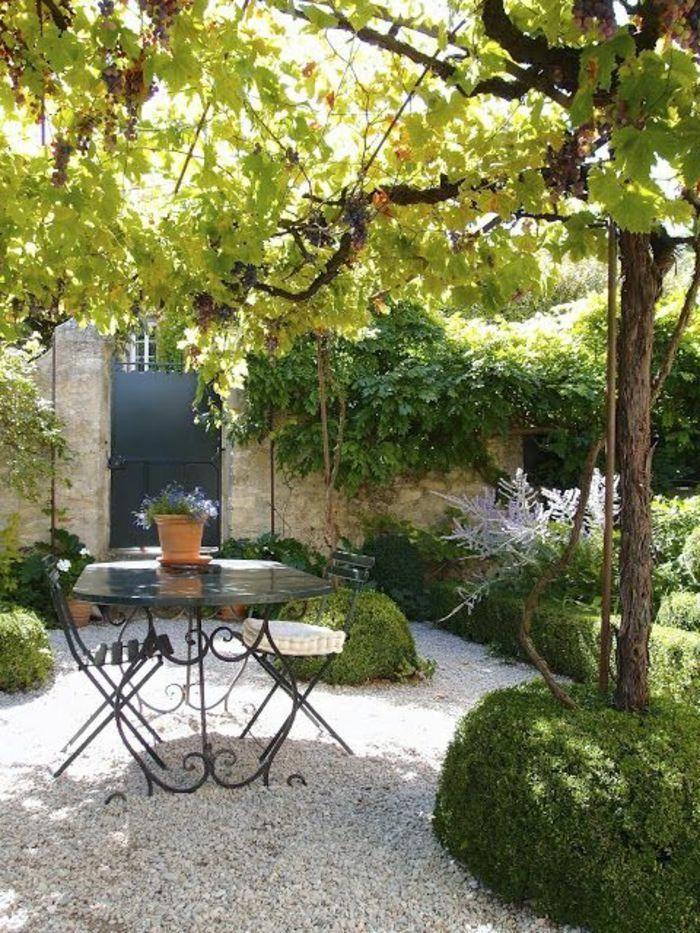 une jolie table en fer forgé, salon de jardin pas cher, cailloux ...