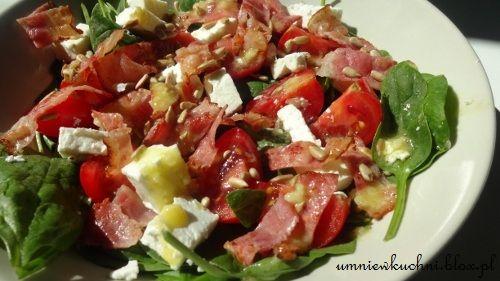 Sałatka ze szpinakiem, pomidorkami i fetą