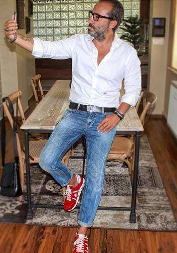 【50代男性】白シャツ×ジーンズ×赤スニーカーの着こなし(メンズ) | Italy Web