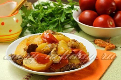 Тушеная свинина с молодым картофелем и помидорами