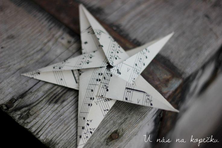Trošku piplačka, ale výsledek stojí za to :o)Tady je video, které vám pomůže složit si svou papírovou origami hvězdu krok za krokem.Hodně trpělivosti a pevnou ruku. Krásný den,