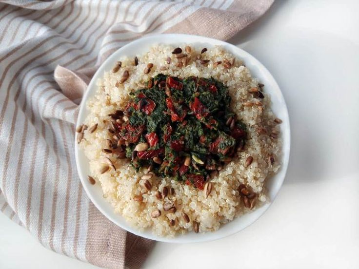 Komosa ryżowa zeszpinakiem isuszonymi pomidorami |  Dziś przedstawiam kolejny pomysł naszybki posiłek  komosa ryżowa zeszpinakiem isuszonymi pomidorami. Przygotowanie dania zajmuje niewiele czasu (około 20 minut). Możesz zjeść je naciepło lub zapakować wpudełko ispożyć nazimno wpracy lub wszkole.  Dzisiejszy przepis jest pełen superfoods  komosa ryżowa (inaczej quiona lub ryż peruwiański) szpinak suszone pomidory. Quinoa jest źródłem pełnowartościowego białka zawiera tłuszcze nienasycone…