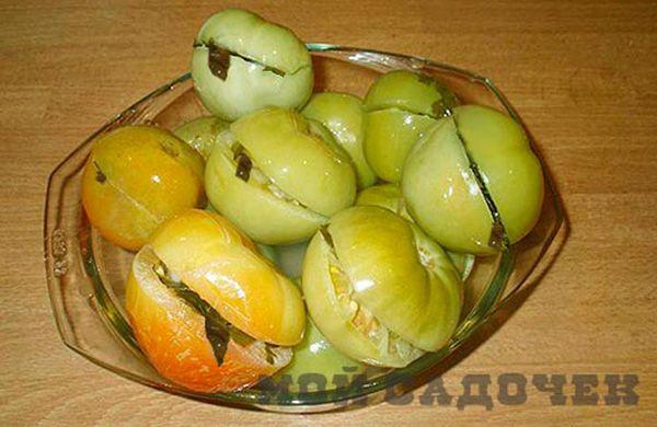 Зеленые фаршированные помидоры на зиму http://mysadzagotovci.ru/zelenye-farshirovannye-pomidory-na-zimu/  Зеленые фаршированные помидоры это отличная закуска на зиму. Она замечательно сочетается с другими блюдами, придавая им остроту и особую пикантность. Все ингредиенты, кроме соли, берутся с грядки. Состав: помидоры зеленые или бурые, сельдерей листья и стебли, горький перчик, чеснок. Рассол: вода, соль. Приготовление: Чеснок почистить, нарезать пластинками. Сельдерей измельчить. Горький…