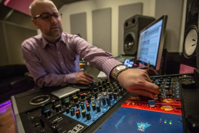 Gearjunkies.com: Cutting through the mix: Miles Walker and his Red 1 500s