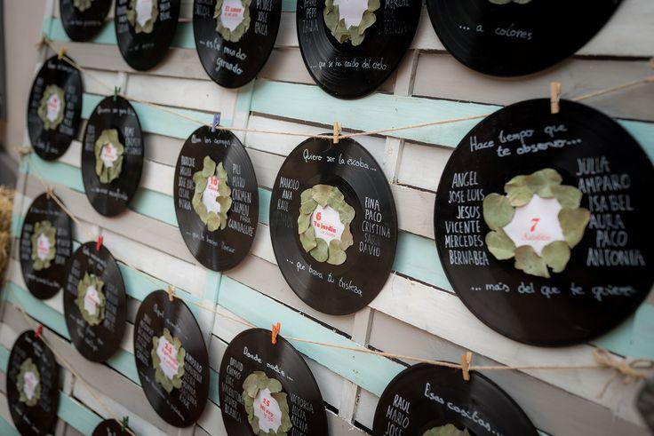 Busca tu sitio en la boda// Seatting plan con vinilos de música Foto: Vicente Forés. Organización: Señor y señora de #bodassrysrade www.señoryseñorade.com