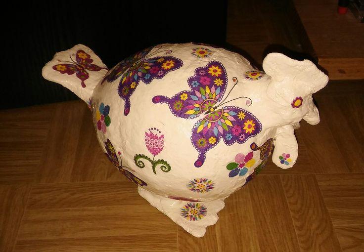 Kura wykonana z bandaża gipsowego na balonie, dekorowana metodą decoupage.