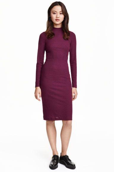 Sukienka w prążek: Podkreślająca figurę sukienka z dżerseju w prążek z półgolfem. Długość do kolan, długi rękaw.