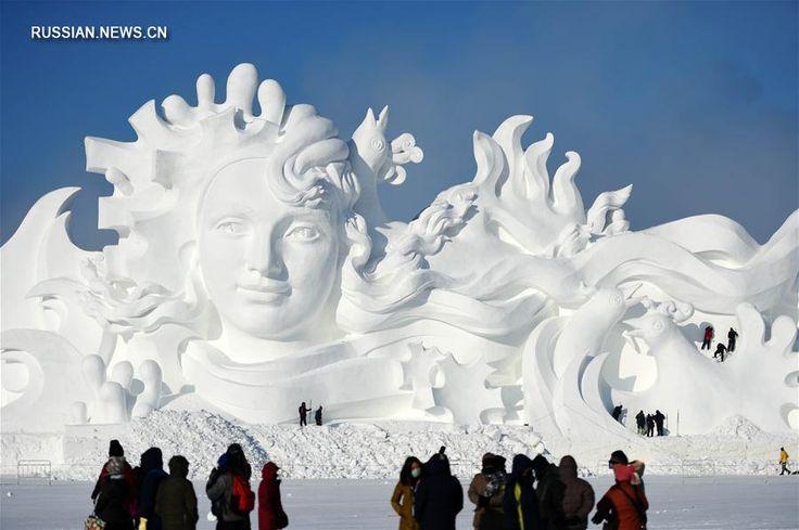 """В Харбине создали грандиозную снежную скульптуру Харбин, 15 декабря /Синьхуа/ -- Грандиозная композиция из снега """"Песня любви"""", над созданием которой более десяти дней трудились сто с лишним скульпторов"""