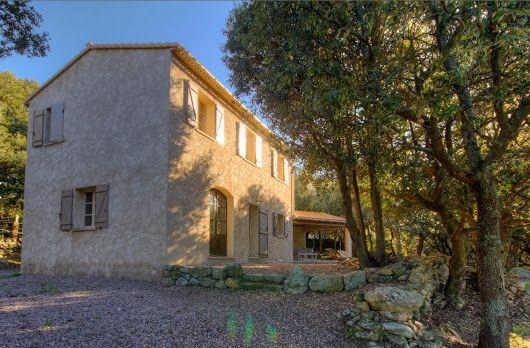 Située en contrebas du village de Pietralba, dans une chênaie de 4000 m², cette maison familiale spacieuse et soignée vous permettra de passer un séjour agréable en famille ou entre amis, en découvrant les merveilles de la Haute Corse.. La maison dispose de 4 chambres et d'un vaste séjour aménagé avec goût et à l'extérieur une grande terrasse couverte accessible directement de la cuisine et donnant sur un vaste terrain planté de chênes verts.