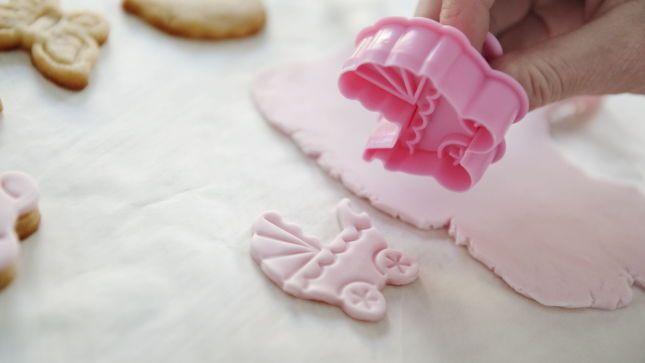 Steg 2: Bruk samme cookieformer med pushfunksjon som du brukte til å lage kjeksene med. Trykk ut en bit i fondanten.
