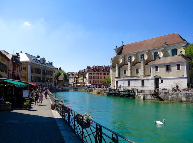 If you're spending one day in Annecy, France, a scenic lakeside town, there is plenty to do. It's a great day trip from Geneva, Lyon and Aix-Les-Bains.