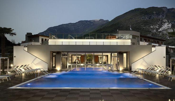 La piscina è pensata e creata come uno spazio interamente progettato, in cui ogni singolo aspetto è studiato nel particolare e personalizzato a seconda delle esigenze. #piscina #progettisumisura #gresporcellanato #kronostecnica