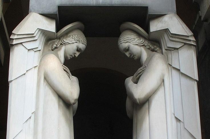 Close up of   Statue Art Déco di angeli nel Cimitero monumentale di Staglieno, Genova, Italia