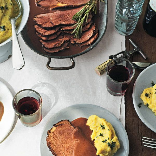 Das wird Ihr neuer Sonntags-Favorit: saftiger Rinderschmorbraten in einer köstlichen Soße aus Rotwein, Zwiebeln, Möhren und Sellerie.