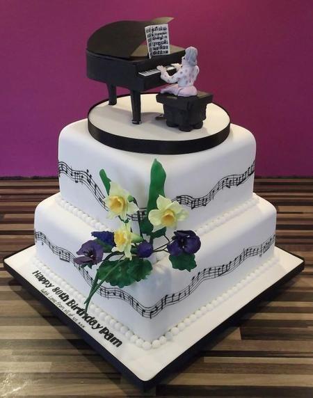 Kue tar bentuk piano yang tak hanya terlihat cantik tetapi juga mewah dan elegan.