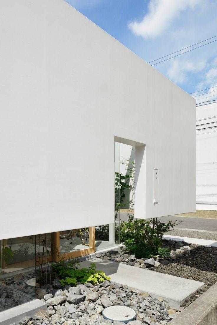 mA-style Architects a réalisé une maison baptisée Green Edge House, à Fujieda au Japon.  Cette maison possède une cour intérieure qui apporte la principale source de lumière naturelle. Une ouverture périphérique à la base des murs de la maison surplombe un jardin minéral et végétal qui entoure la demeure. il n'existe aucune autre ouverture mis à part la porte d'entrée. L'architecture de la maison semble ainsi flotter au dessus de cette frontière naturelle.