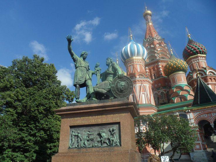 Памятник Минину и Пожарскому - скульптурная группа из латуни и меди, расположена перед Собором Покрова на Рву.