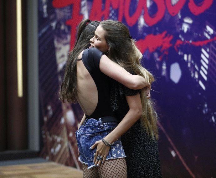 Agatha Moreira e Yasmin Brunet se abraçam! (Foto: Raphael Dias/Gshow)