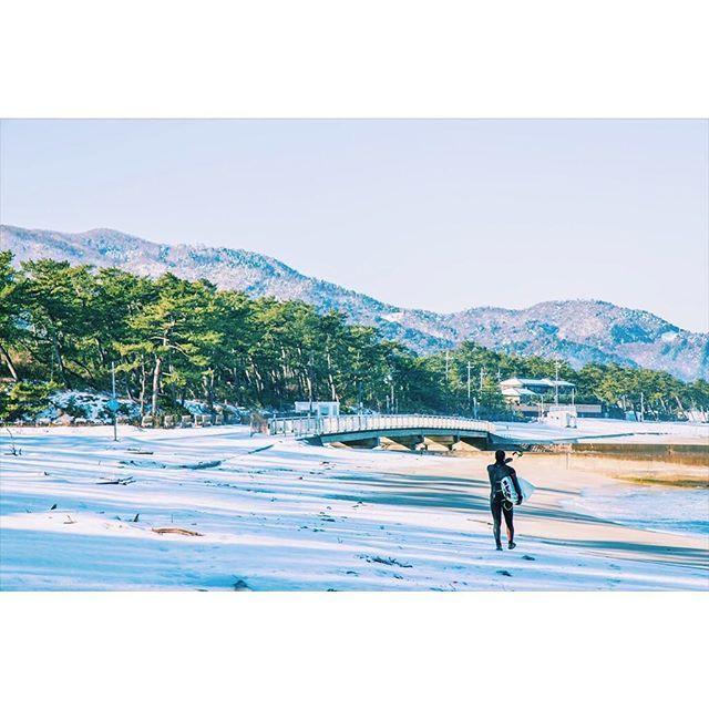 【iris_saito】さんのInstagramをピンしています。 《↟↟white and...↟↟ ❄️🏄❄️🌊❄️ ・ ・ #vscofilm #写真撮ってる人と繋がりたい #写真部 #instafollow #followme #写真好きな人と繋がりたい  #landscape #日本一周 #サーフィン #instajapan #福井 #高浜町 #北陸 #vsco #sunrise #海 #colorful #snow #雪 #フィルム #mountains #film #旅 #filmisnotdead #beach #surf #white #igersjp_fb》