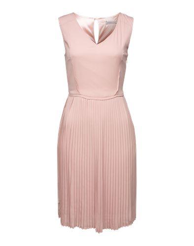Angesagtes Dress von Soaked in Luxury mit V-Ausschnitt. Der schmale Schnitt wird durch das plissierte Rockteil in dezenter A-Linie veredelt. Styling-Tipp: Mit Tights und Ankle Booties ergibt sich ein classy Look.