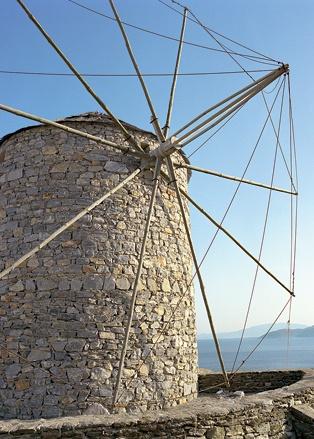 Старые ветряные мельницы на Схинусе разнообразят пейзаж
