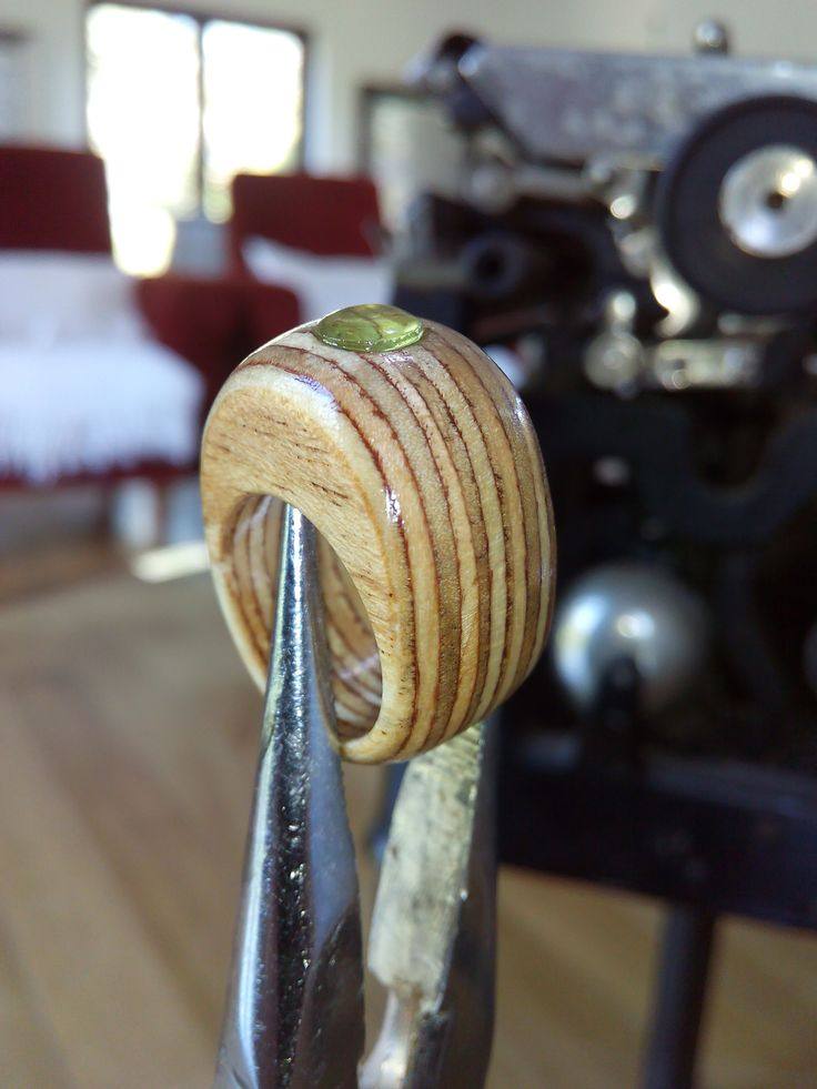 Anel em madeira contraplacado marítimo com ametista verde