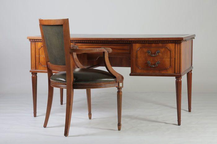 Een mahoniehouten bureau met stoel in Louis XVI stijl tweede helft 20e eeuw  Afmetingen tafel (147x75) 78cm hoog.Afmetingen tafel uitgeklapt ( 217x75)Afmetingen stoel (60x55) 94cm hoog.  EUR 250.00  Meer informatie