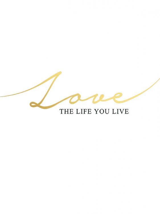 """Texttavla i guld och svart med texten """"Love the life you live"""". Fin poster med guldfoliering och passar bra ihop med flera av vård guldposters och texttavlor."""