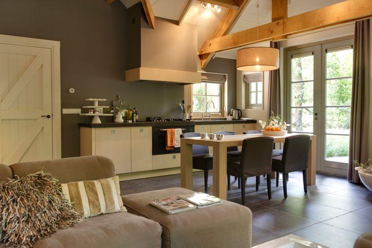 Woonkeuken in landelijke stijl met tafel van Van Rossum meubelen en hoekbank Bic van Cartel living. #landelijk #interieur