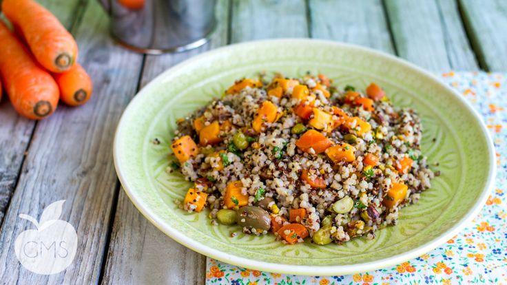 Una deliziosa insalata di grano saraceno con quinoa e edamame, fresca, deliziosa e nutriente! Perfetta da portare con sé in ufficio o per una gita.