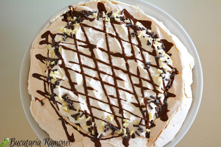 Coffee lovers fiți pe fază pentru că am un desert special pentru voi: o delicioasă Pavlova cu aromă de cafea! Găsiți rețeta dând click pe imagine: http://bucatariaramonei.com/recipe-items/prajitura-pavlova-cu-cafea/