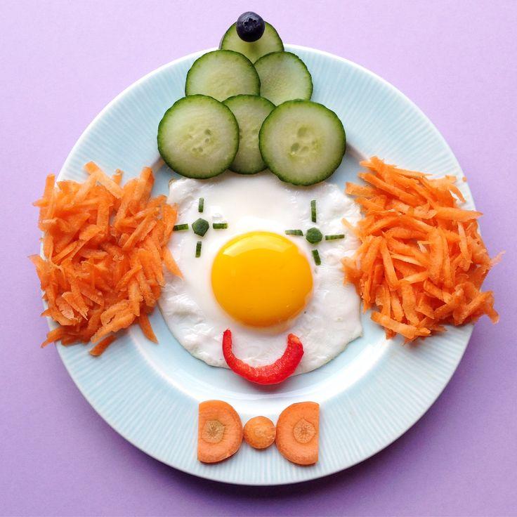 Clown : oeuf au plat, carottes et concombre