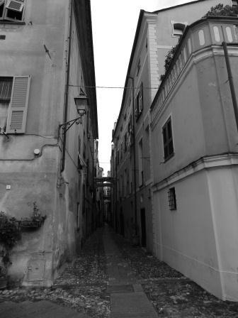 Tra gli stretti vicoli di Finalborgo - Liguria