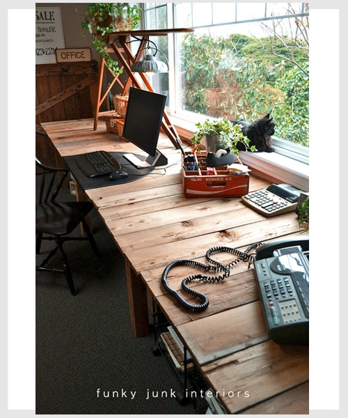 Pallet desk!    I think I have found the answer to the double desk idea for our house.