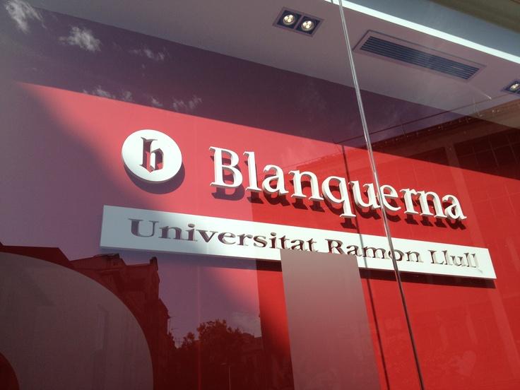 Logotip en relleu. Façana de la biblioteca de la FCB. #design #branding #university #Blanquerna