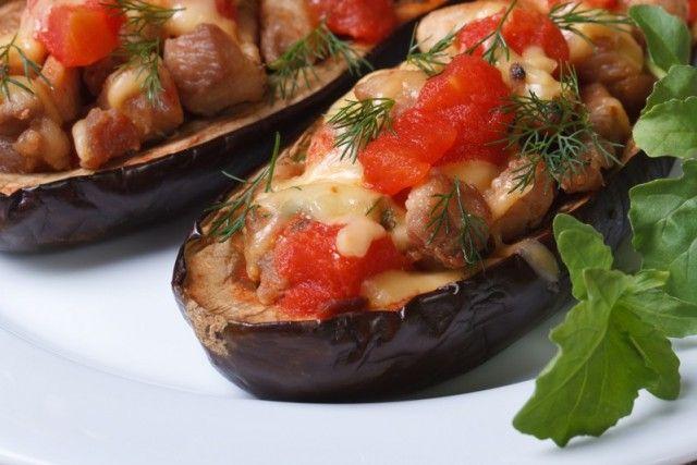 Le melanzane ripiene alla mediterranea sono un secondo piatto a base di verdure colorato, profumato e soprattutto buono. Ecco la ricetta