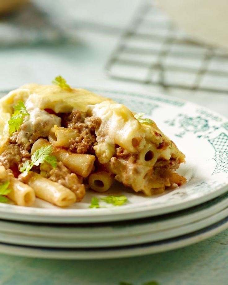 Een superdeluxe comfort food ovenschotel, deze Griekse stoofschotel met gehakt, macaroni, een tomaten- én kaassaus. Stevige winterkost!