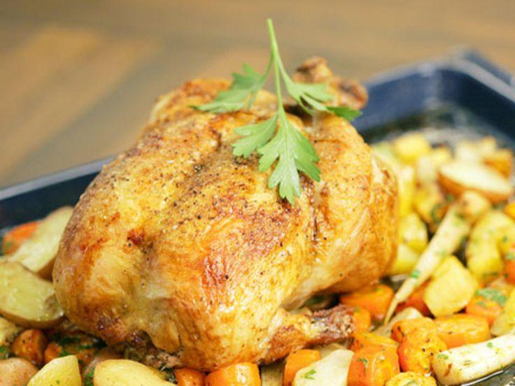 Dette er enkel festmat. Du må bare sørge for å varme opp stekeovnen, kjøpe en stor, fersk kylling og masse smakfulle, sunne og fargerike rotgrønnsaker.Kilde: Kokk Karl Erik Pallesen for dinmat. Foto: dinmat/Jan Soppeland